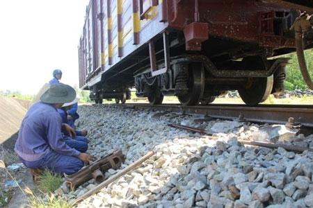 Đường sắt Bắc - Nam tắc 6 tiếng vì tàu trật bánh