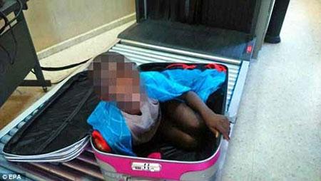 Tây Ban Nha: Giấu con trai 8 tuổi trong vali để qua biên giới - 1