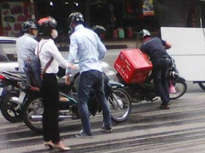 Hàng loạt xe máy gặp nạn bởi vết dầu rơi từ xe cứu hộ