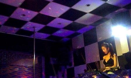 Nhảy múa khêu gợi để câu khách tại café DJ - 1