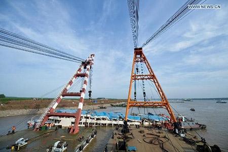 Trung Quốc nâng tàu chìm trên sông Trường Giang