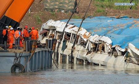 Trung Quốc nâng tàu chìm trên sông Trường Giang - 1