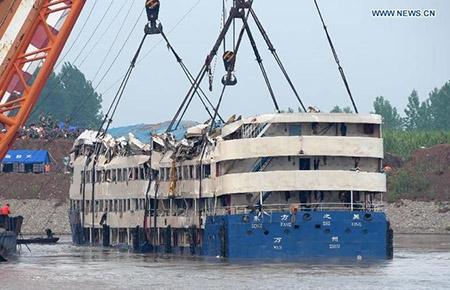 Trung Quốc nâng tàu chìm trên sông Trường Giang - 3