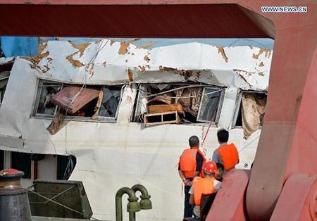 Trung Quốc nâng tàu chìm trên sông Trường Giang - 4