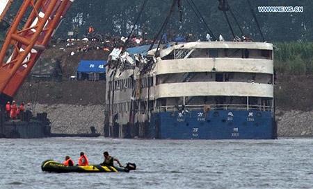 Trung Quốc nâng tàu chìm trên sông Trường Giang - 5