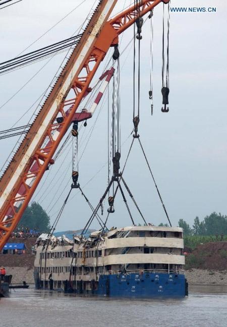 Trung Quốc nâng tàu chìm trên sông Trường Giang - 6