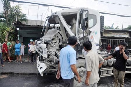Xe container kéo ôtô tải chở xi măng 'bay' qua quốc lộ
