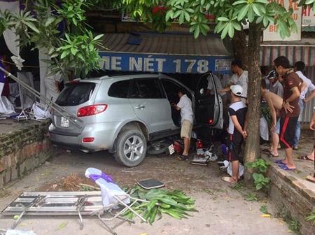 Hà Nội: Xe Santafe mất lái lao qua đám cưới, 3 người bị thương - 1