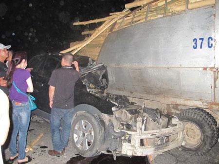 Cắm đầu xe hơi vô đuôi xe tải, tài xế chết tại chỗ