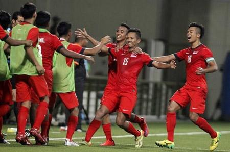 Thắng Campuchia, U-23 Singapore vươn lên nhì bảng