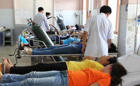 Đang cấp cứu khẩn hàng trăm công nhân bị ngộ độc ở TP HCM
