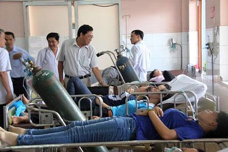 Đang cấp cứu khẩn hàng trăm công nhân bị ngộ độc ở TP HCM - 1