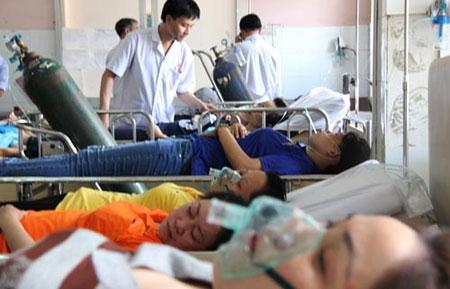 Đang cấp cứu khẩn hàng trăm công nhân bị ngộ độc ở TP HCM - 2