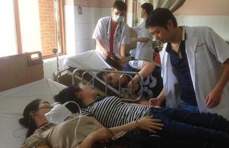 Đang cấp cứu khẩn hàng trăm công nhân bị ngộ độc ở TP HCM - 3