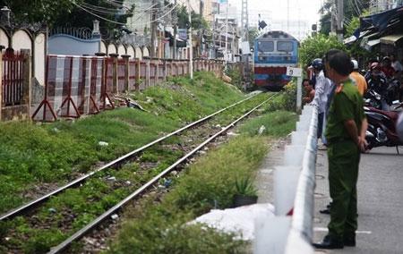 Người đàn ông đứng giữa đường ray khi tàu hỏa lao tới