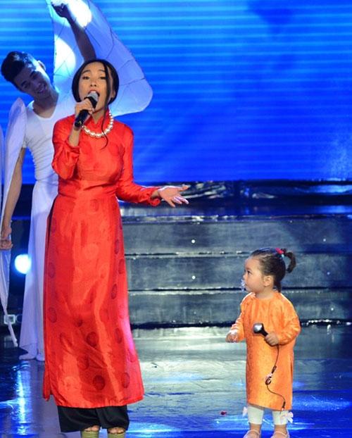 Con gái Đoan Trang ngậm ti giả lên sân khấu - 1