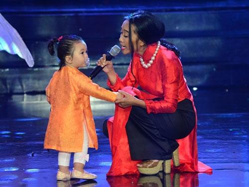 Con gái Đoan Trang ngậm ti giả lên sân khấu - 2