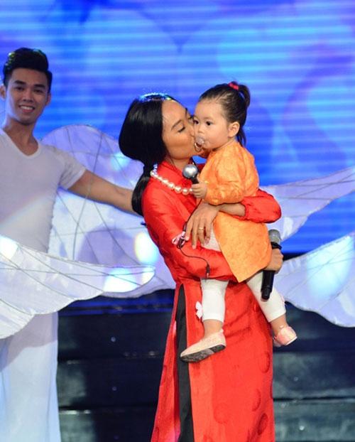 Con gái Đoan Trang ngậm ti giả lên sân khấu - 3