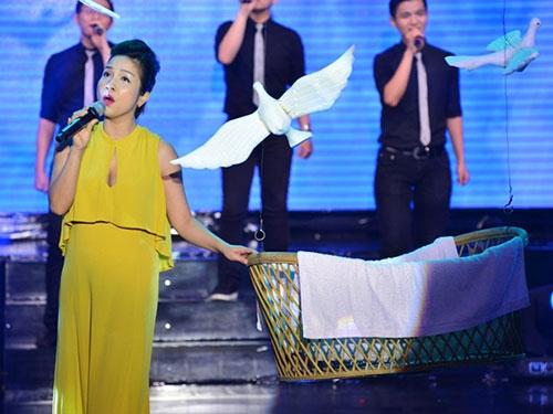 Con gái Đoan Trang ngậm ti giả lên sân khấu - 5