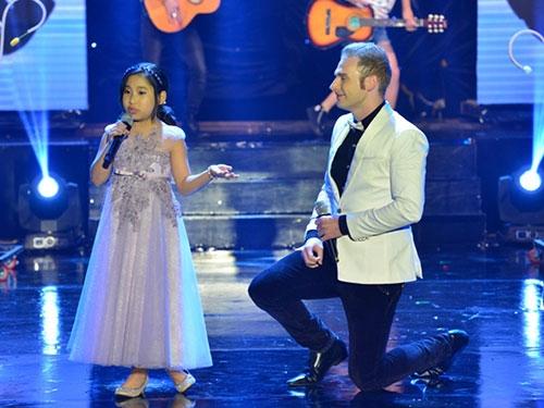 Con gái Đoan Trang ngậm ti giả lên sân khấu - 7