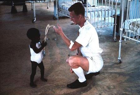 Giật mình với hình ảnh em bé có làn da đen nhất thế giới - 1