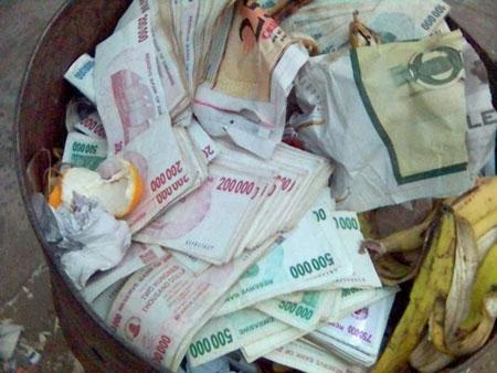 Chuyện mất giá kỷ lục của đồng đôla Zimbabwe - 1
