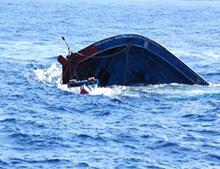 Lốc xoáy nhấn chìm tàu, hất 32 người xuống biển