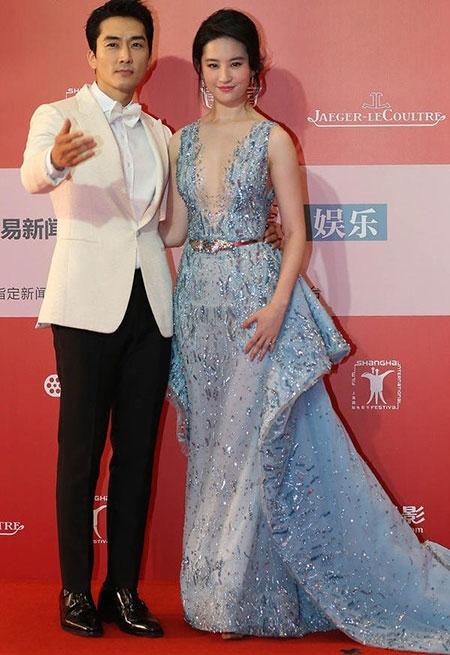 Lưu Diệc Phi diện váy khoét sâu táo bạo bên Song Seung Hun