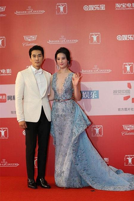 Lưu Diệc Phi diện váy khoét sâu táo bạo bên Song Seung Hun - 1