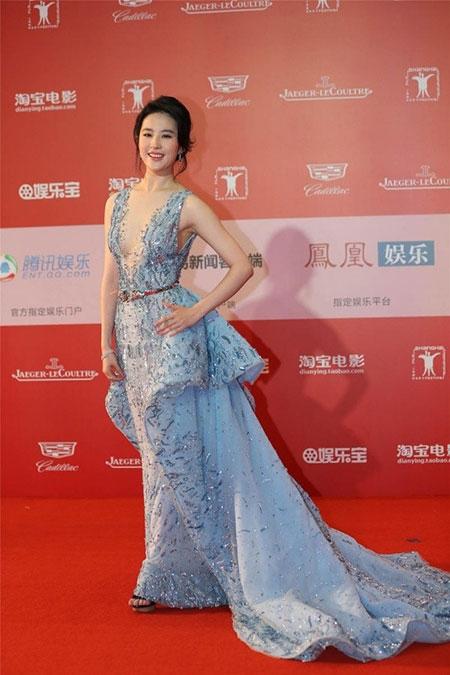 Lưu Diệc Phi diện váy khoét sâu táo bạo bên Song Seung Hun - 2