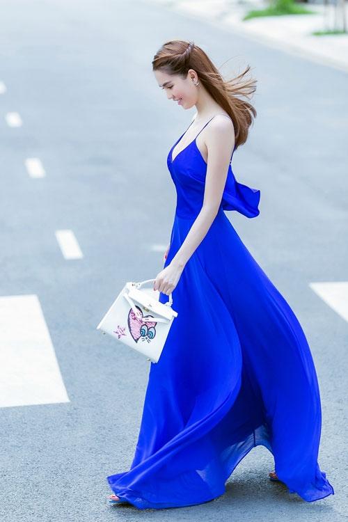 Ngọc Trinh diện váy dây sexy ra phố