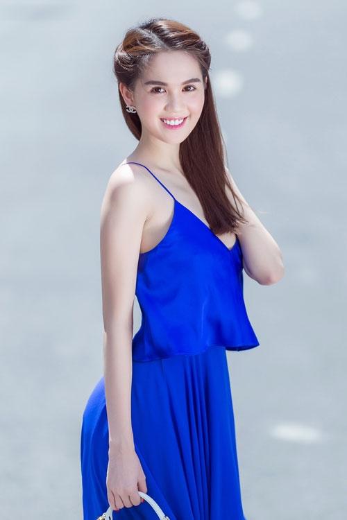 Ngọc Trinh diện váy dây sexy ra phố - 1