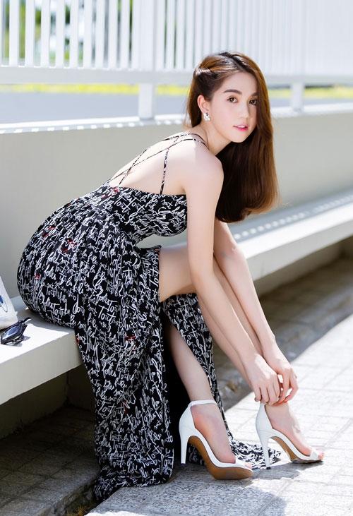 Ngọc Trinh diện váy dây sexy ra phố - 5