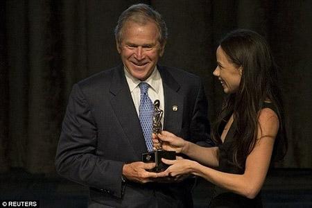 """Cựu tổng thống George W. Bush là """"Người cha của năm"""""""