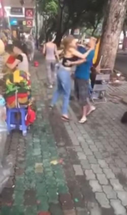 Bà Tưng bất ngờ cưỡng hôn hàng loạt đàn ông lạ trên phố - 1