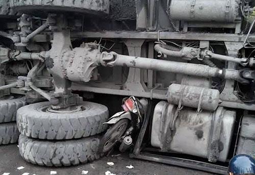 Hai ôtô đâm nhau, lật đè chết 1 người đi xe máy - 1
