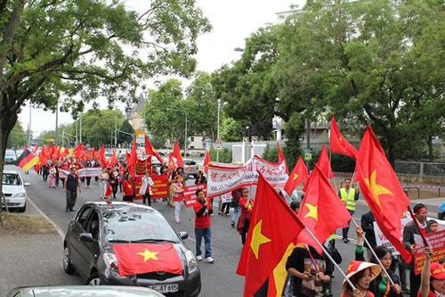 Người Việt ở Đức tiếp tục xuống đường phản đối Trung Quốc ở Biển Đông - 1