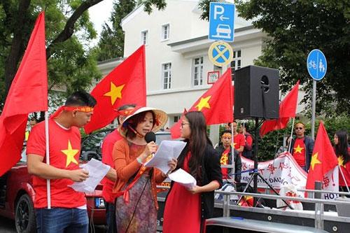 Người Việt ở Đức tiếp tục xuống đường phản đối Trung Quốc ở Biển Đông - 2