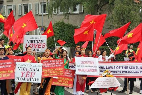 Người Việt ở Đức tiếp tục xuống đường phản đối Trung Quốc ở Biển Đông - 3