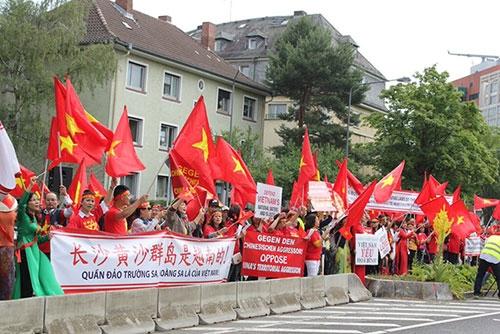 Người Việt ở Đức tiếp tục xuống đường phản đối Trung Quốc ở Biển Đông - 4