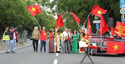 Người Việt ở Đức tiếp tục xuống đường phản đối Trung Quốc ở Biển Đông - 5