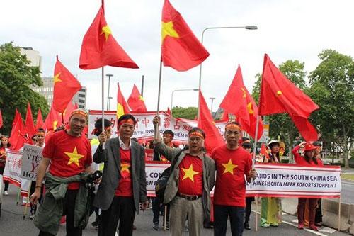 Người Việt ở Đức tiếp tục xuống đường phản đối Trung Quốc ở Biển Đông - 6