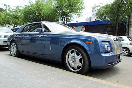 Xe mui trần siêu sang Rolls-Royce trên phố Sài Gòn