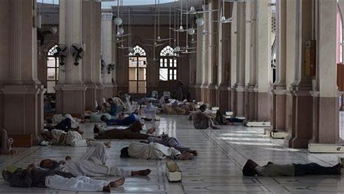 Nắng nóng thiêu đốt, 570 người Pakistan chết - 2