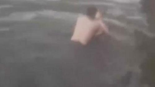 Vợ nhảy xuống hồ vì chồng không chịu mua túi xách - 1