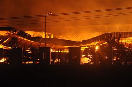 30 ngàn m2 kho giấy trong KCN Nhơn Trạch chìm trong biển lửa