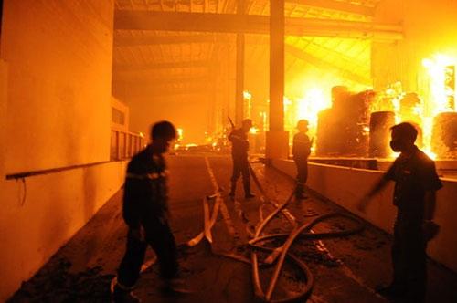 30 ngàn m2 kho giấy trong KCN Nhơn Trạch chìm trong biển lửa - 2