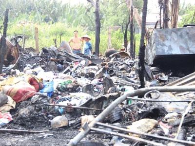 Căn nhà lá bốc hỏa giữa trưa, cụ ông 90 tuổi thoát nạn