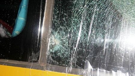 Xe khách lại bị ném đá, tài xế có nguy cơ hỏng mắt