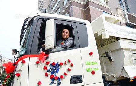 Chú rể dẫn theo 36 chiếc xe tải rước nàng về dinh - 2